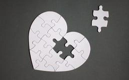 Белое сердце сформировало головоломку с пропуская частью стоковое изображение rf