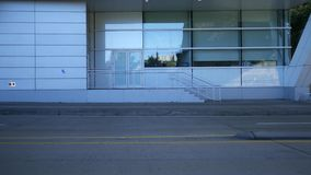 Белое современное, задний, вход к современному зданию видеоматериал