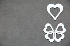 Белое чистое сердце на серой предпосылке для всех любовников Стоковые Изображения RF