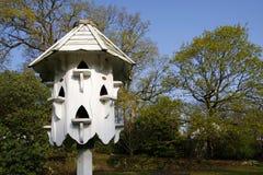 Белое birdbox dovecote стоковая фотография rf