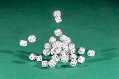 30 белое dices падать на зеленую таблицу стоковые фото