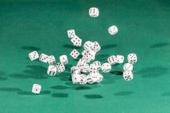 30 белое dices падать на зеленую таблицу стоковое фото rf