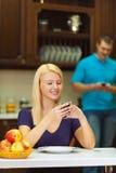 белокурая ванта девушки вручает телефон Стоковая Фотография