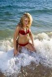 белокурая волна океана девушки Стоковые Фотографии RF