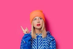 Белокурая девушка в куртке и шляпе спорт стоковые фотографии rf