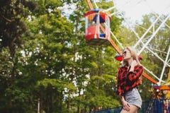 Белокурая девушка в парке атракционов в лете Стоковое Фото