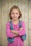 Белокурая девушка в пинке, пересеченные рукоятки стоковое фото