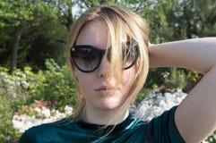 Белокурая девушка в темных солнечных очках в солнце стоковые фото