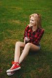 Белокурая девушка в шортах в лете на траве Стоковая Фотография RF