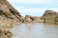 Белокурая девушка гуляя на пляж в Испании Стоковые Изображения