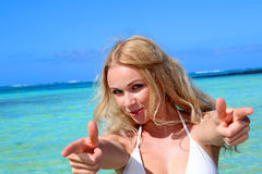 Белокурая девушка наслаждаясь праздниками пляжа Стоковая Фотография RF