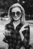 Белокурая девушка на фонтане черно-белом Стоковая Фотография RF