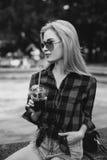 Белокурая девушка на фонтане черно-белом Стоковое фото RF