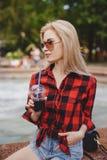 Белокурая девушка на фонтане Стоковое Изображение RF
