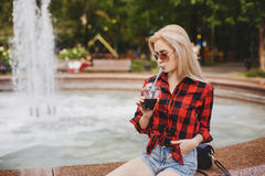 Белокурая девушка на фонтане Стоковое Фото