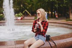 Белокурая девушка на фонтане Стоковое Изображение