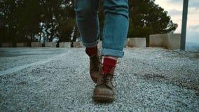 Белокурая девушка путешествует в горах сток-видео