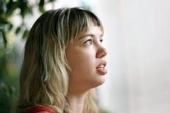 белокурая девушка смотря вверх Стоковые Изображения