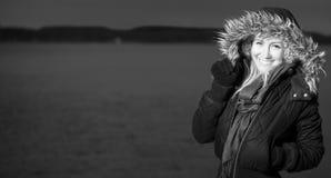 Белокурая девушка стоя на море b/w Стоковые Изображения RF