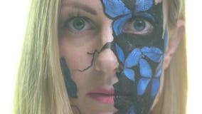 Белокурая девушка с картиной тела на ее теле в форме бабочек медленно раскрывает ее глаза акции видеоматериалы