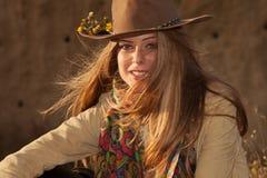 Белокурая девушка с шляпой на заходе солнца стоковое фото