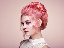 Белокурая девушка с элегантным и сияющим стилем причёсок Стоковые Изображения RF