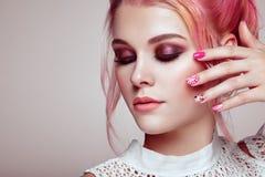 Белокурая девушка с элегантным и сияющим стилем причёсок Стоковое Изображение