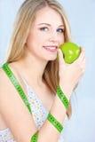 Белокурая девушка с яблоком и измеряя лентой стоковые изображения rf
