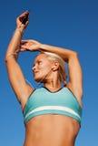 белокурая делая счастливая женщина тренировки портрета Стоковая Фотография RF