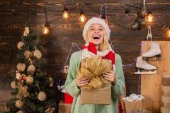 Белокурая женская модель одетая в шляпе Санта Клауса дайте wink взволнованность счастливая случай взволнованности Молодая женщина стоковые фотографии rf
