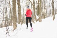 Белокурая женщина бежать outdoors на холодный зимний день стоковые фотографии rf