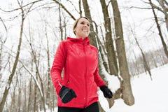 Белокурая женщина бежать outdoors на холодный зимний день стоковая фотография rf