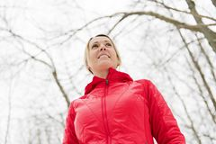 Белокурая женщина бежать outdoors на холодный зимний день стоковые изображения