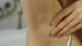 Белокурая женщина брея ее подмышки Забота кожи дома движение медленное сток-видео