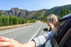 Белокурая женщина в автомобиле стоковое фото rf