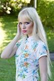 Белокурая женщина в парке лета Стоковое Изображение