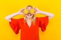 Белокурая женщина в платье с апельсинами стоковое фото