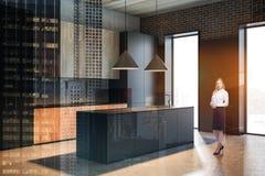 Белокурая женщина в серой кухне с островом стоковые изображения rf