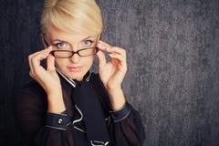 Белокурая женщина дела в костюме с eyeglasses стоковое изображение rf