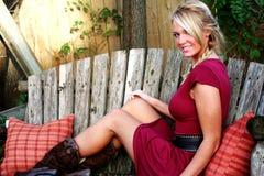 белокурая женщина красного цвета платья Стоковые Фото