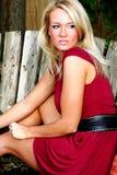 белокурая женщина красного цвета платья Стоковое Фото