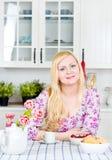 белокурая женщина кухни Стоковые Изображения RF