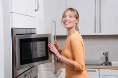 белокурая женщина микроволны Стоковая Фотография