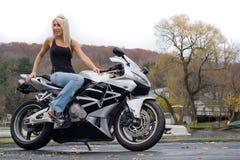 белокурая женщина мотоцикла Стоковое Изображение RF