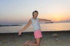 Белокурая женщина наслаждается заходом солнца Стоковая Фотография