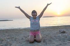 Белокурая женщина наслаждается заходом солнца Стоковое Изображение