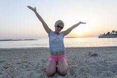 Белокурая женщина наслаждается заходом солнца Стоковые Фотографии RF