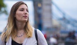 Белокурая женщина на мосте башни в Лондоне Стоковые Изображения RF