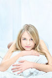 Белокурая женщина на подушке Стоковое фото RF