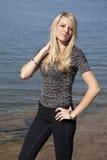 белокурая женщина стойки озера стоковое фото rf